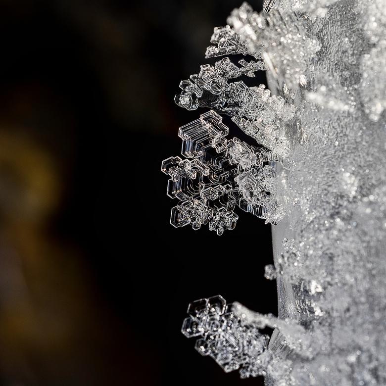IJs - In een ijsgrot dicht op het ijs met macrolens en tussenringen.