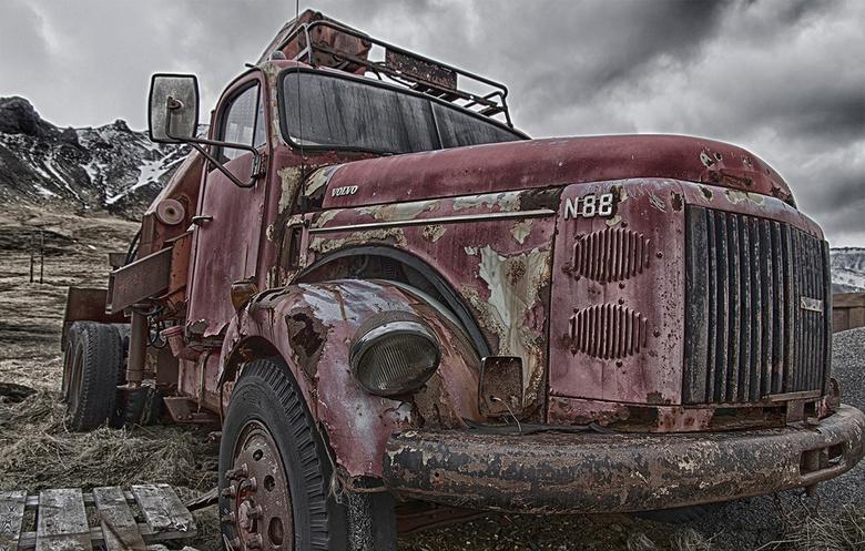 Can I offer you a ride? - Tijdens mijn reis door het westen van IJsland kwam ik plots deze truck, of wat er nog van over is, tegen. De auto is flink a