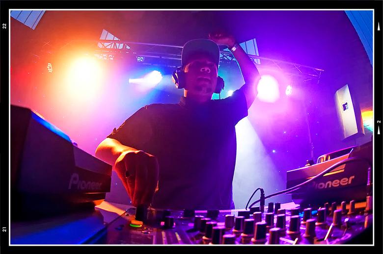 Queensnight 04 - Ik had het met DJ-Gilly te doen, hij moest draaien voor een helaas bijna lege zaal. De jeugd, waar deze avond om te doen was, was nie