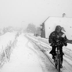 fietser in sneeuw