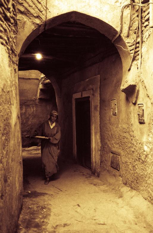 Marrakesh Marokko - Marrakesh Marokko, vrouw brengt brooddeeg naar de bakkerij.<br /> Scan van 35mm z/w negatief.<br /> Mijn eerste scan met een nie
