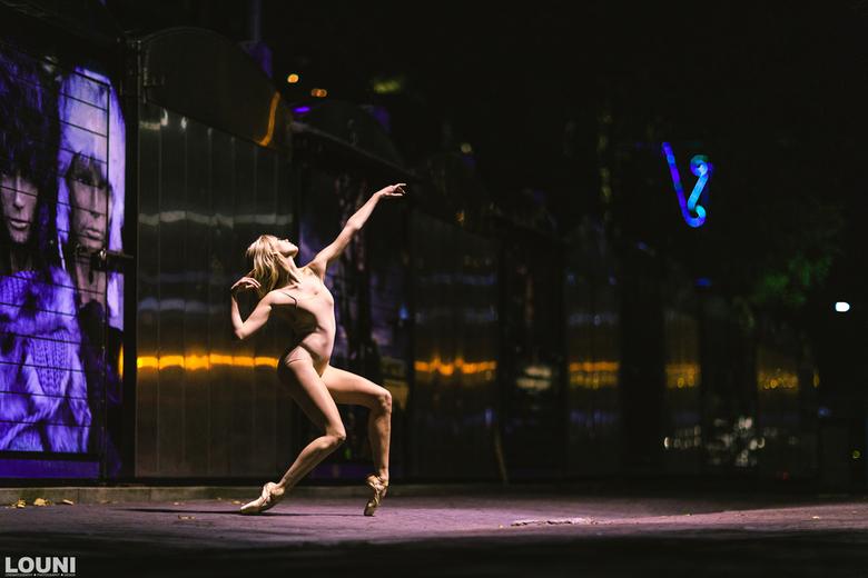 Lead the way  - Avond ballerina shoot in de straten van Amsterdam. Compleet met straatverlichting belicht.
