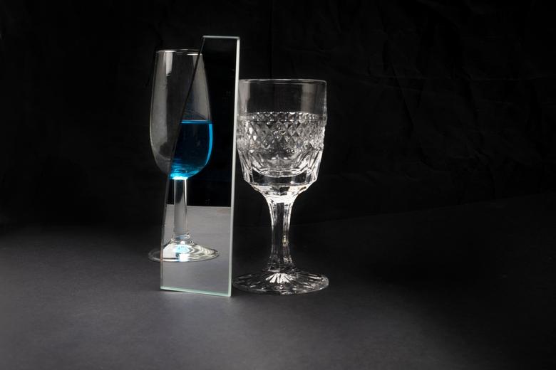 Oude zielen - glaswerk - Deze foto maakt onderdeel uit van mijn fotografie project &quot;Oude zielen&quot;.<br /> Oude voorwerpen worden in stilleven