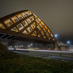 Houten brug over de N7 bij Sneek