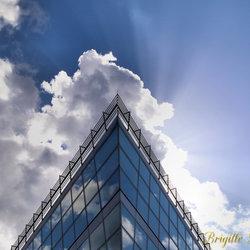 wolken met glas en zon stralen