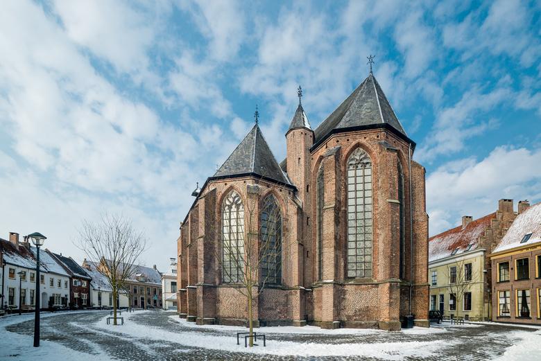Kerk van Hattem - Kerk en de huizen rondom in Hattem bij een van de laatste dagen sneeuw
