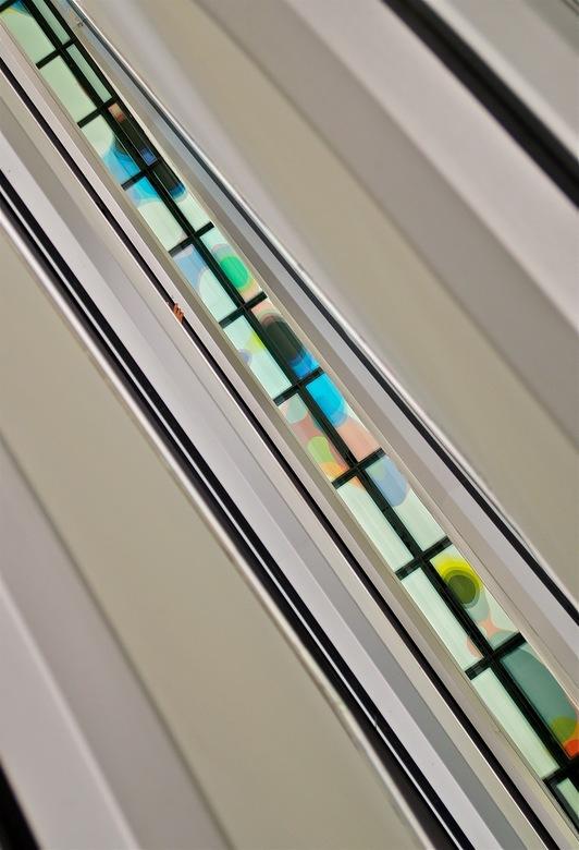 Gekleurd. - Dit was in de nieuwe bibliotheek van Amsterdam, gezien tussen de roltrappen naar beneden. Met een bescheiden hand!<br /> Gr Bas