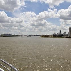 Zicht op een van de vele havens van de Nieuwe Maas.