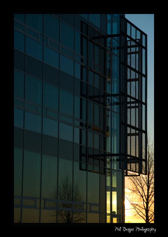 Optisch bedrog - Het lijkt net of deze foto scheef is door het lijnen spel van de ramen.<br /> <br />