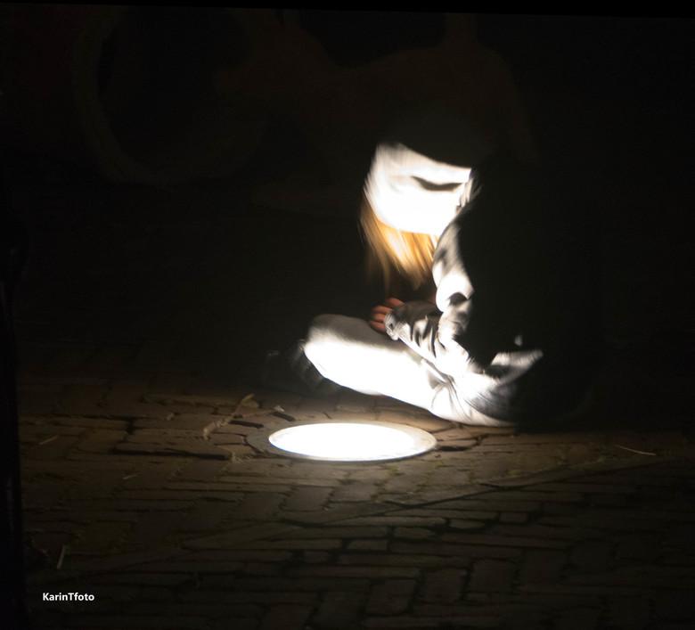 iread - in Amsterdam op straat in de avond.