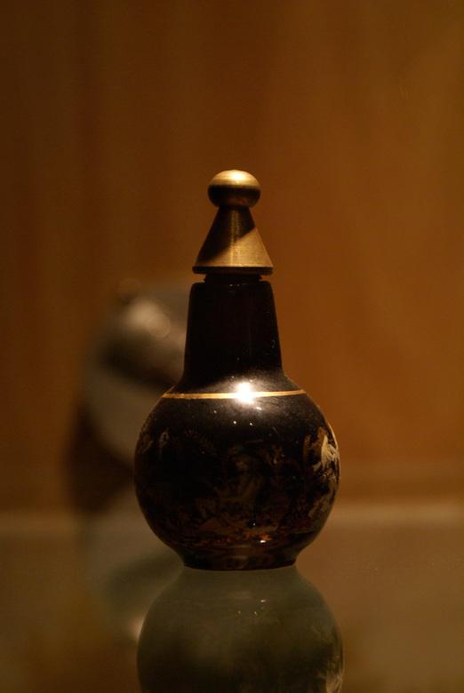 Parfum - Een oud parfumflesje, met griekse afbeelding.