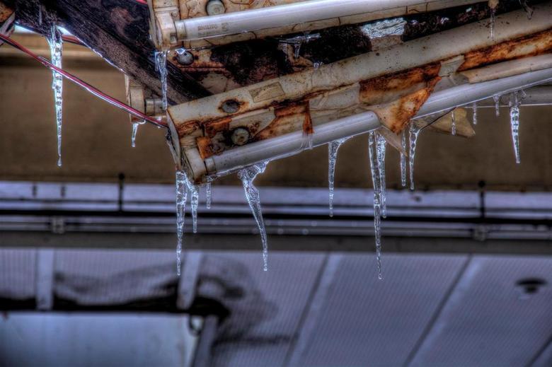 ijspegels aan het licht... - Deze foto van ijspegels aan een TL-balk zijn gemaakt op een Urbex locatie