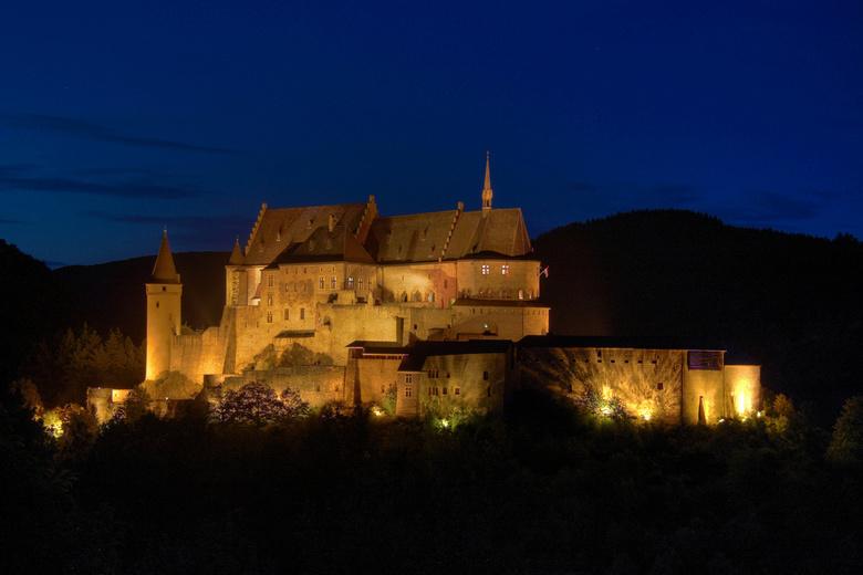 Kasteel Vianden 2 HDR - Nogmaals het kasteel van Vianden maar nu in het donker. Het kasteel is prachtig verlicht. Het heeft wel iets sprookjesachtig.<