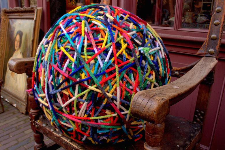 Colors - Vorige week heb ik meegedaan met de FotoJam. In Leiden heb ik deze foto gemaakt bij een antiekwinkeltje voor de opdracht Kleur.<br /> De bol