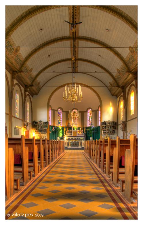Sint Willibrord hdr v1 - Vanmorgen even foto's gemaakt van de Sint Willibrordkerk in Bergschenhoek. Toen ik buiten de kerk bezig was kwam de behe