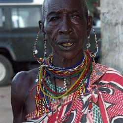 oude masai vrouw.