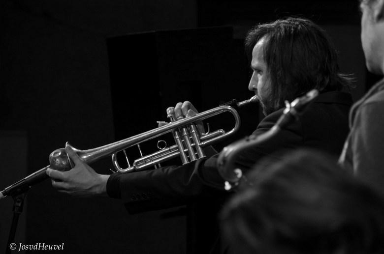 """Wouter Hakhoff - Tijdens een concert met het B-Movie Orchestra (waar ik soms een paar nummers niet meespeel en dan maak ik soms een foto <img  src=""""/i"""