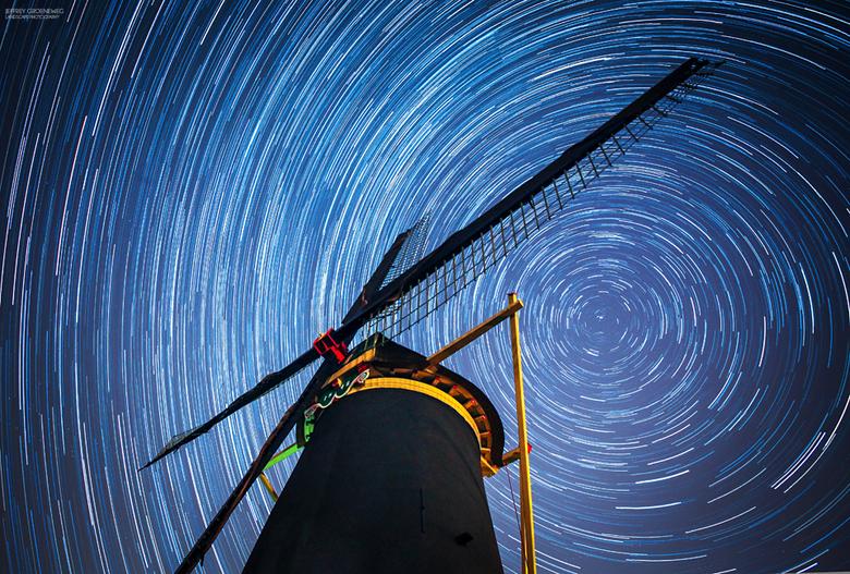 Sterrensporen boven de molen - Sterrensporen boven de Poldersche Molen in Maasdam vannacht. Ongeveer 122 foto's over elkaar gelegd met StarStax.