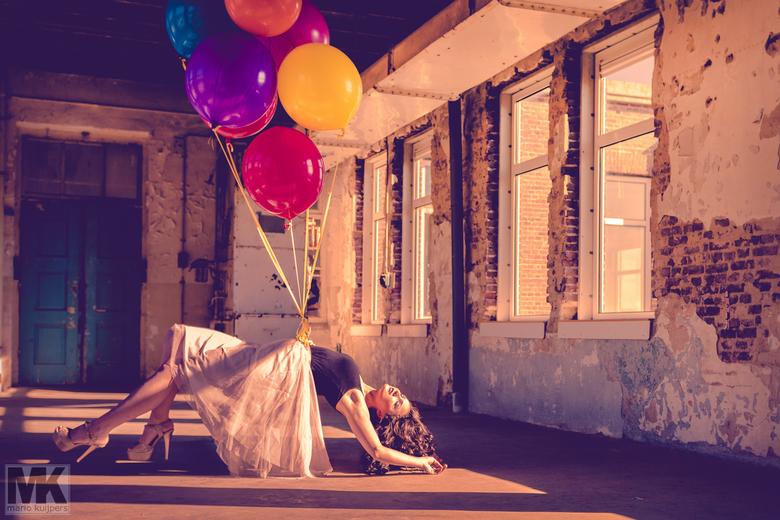 Carried Away - Een ballon is een symbool. Niet alleen voor feest, maar ook juist in een zware tijd. Wanneer je je down voelt, je in de put zit of gewo