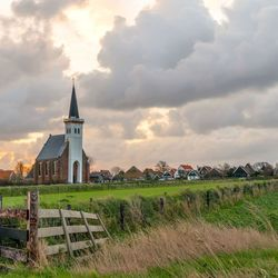 Zonsopkomst achter het kerkje van Den Hoorn