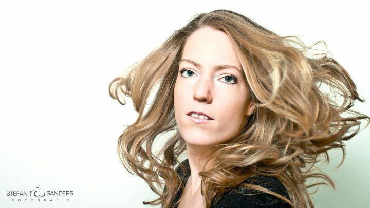 Glamour - Gisteren een fotoshoot gedaan met m&#039;n toekomstige echtgenote. <br /> Gebruik gemaakt van 1 grote softbox van rechts en een beautydish