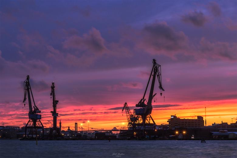 Cranes - Zonsondergang aan de haven Göta Älv met de kranen als skyline, Göteborg - Zweden.