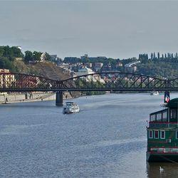 Een blik over de moldau rivier in Praag