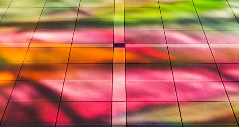 Stationshal Amersfoort - De vloer in de hal van station Amersfoort. De gekeurde glazen voorgevel veroorzaakt een mooi kleurenspel op de vloer.