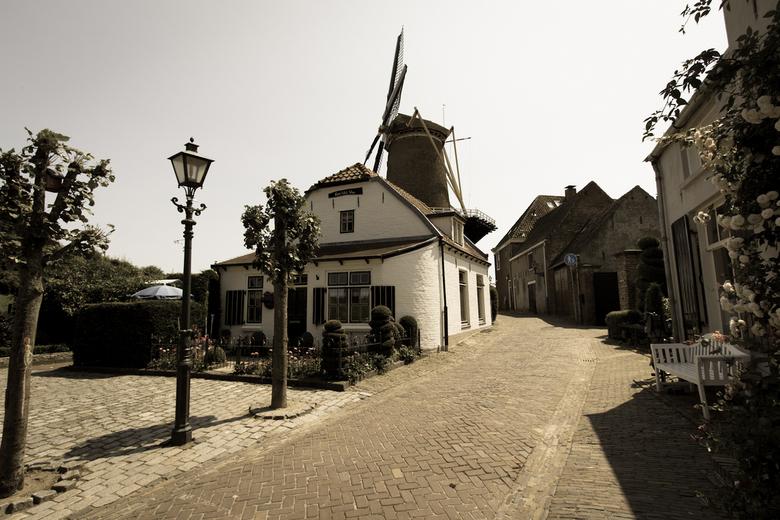 Vintage molen - De molen Rijn en Lek is gebouwd in 1659. Het is daarmee een zeer vroeg exemplaar van de ronde stenen bovenkruier en is daarom als bouw
