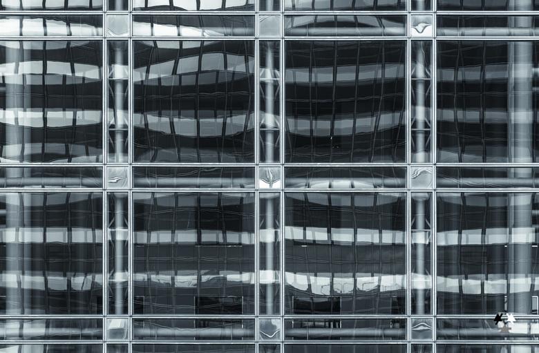 nationale nederlanden den haag - detail van de voorgevel van het gebouw van nationale nederlanden in den haag. het tegenoverliggende post nl gebouw wo