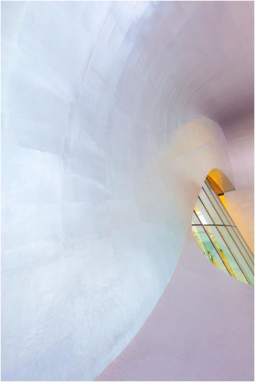 pastel - De ronding deed mij denken aan een slakkenhuis, het licht reflecteerde parelmoer kleurig. Daar heb ik gebruik van gemaakt....