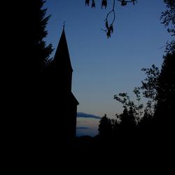 Oostenrijks kerkje met berg op achtergrond