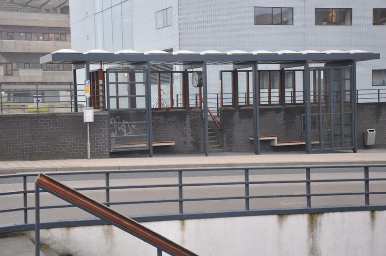 Wat is recht? - Mooi lijnenspel bij de bushalte Stadhuis in Terneuzen. Wat is nu recht en wat is nu scheef?