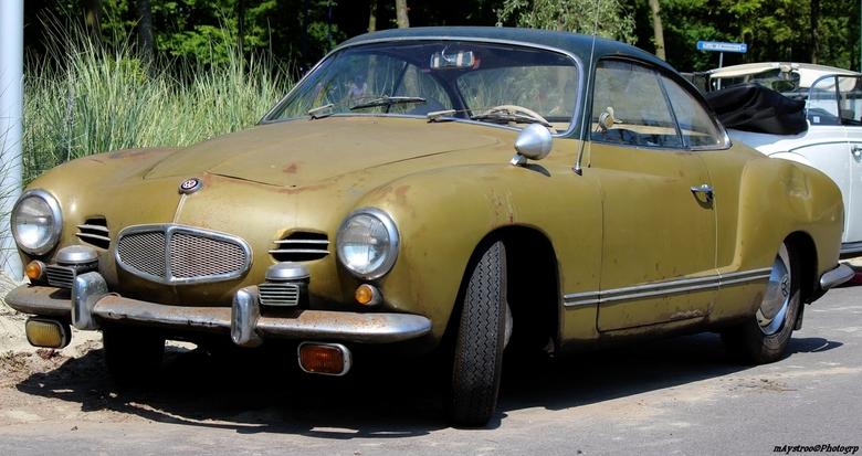 oltimer 2 - een Karmann ghia uit 1953 moet nog wat bijgewerkt worden