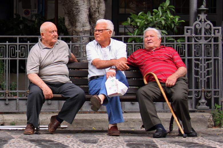 Op Een Bankje.Samen Of 3 Individuen Op Een Bankje Portret Foto Van