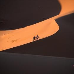 Fietsers in Merzouga woestijn