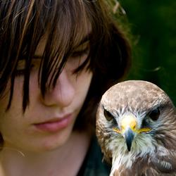 Roofvogel met meisje