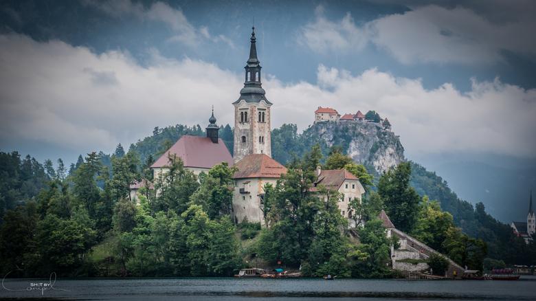 Bled kerk en Burcht - Het pittoresk meertje met kerk en kasteeltje op de achtergrond. Een van de meest romantische plaatsen in Slovenië.