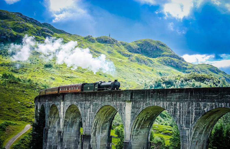 Jacobite steam train op het Glenfinnan viaduct - Zomer 2017, Schotland. Even een kijkje nemen bij het bekende Glenfinnan viaduct, at veelvuldig voorko