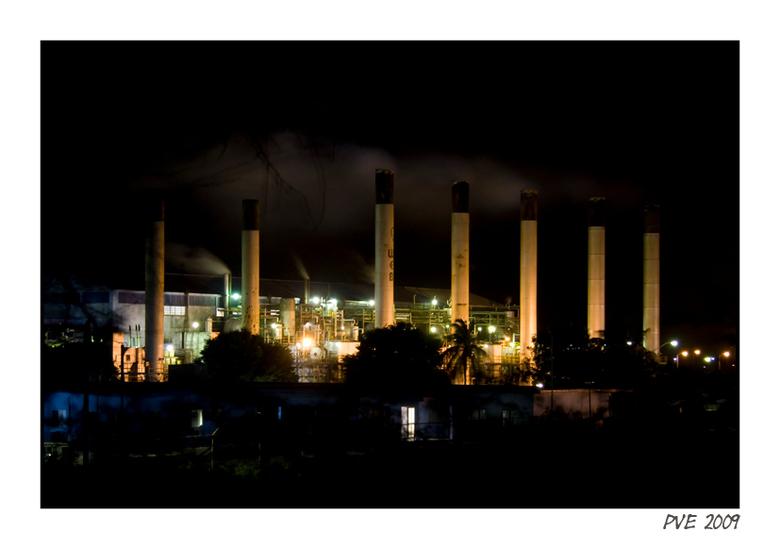 WEB - Aruba - De water en energie fabriek op Aruba bij nacht