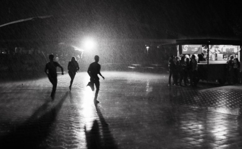 Man on the Run - Gemaakt toen ik als fotograaf op een feest was. Er brak een enorme regenbui los en iedereen rende naar binnen. Deze 3 rende mooi voor