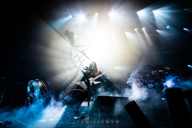 Behemoth - Tivoli Utrecht - Een van de gitaristen van Behemoth live in Tivoli Utrecht