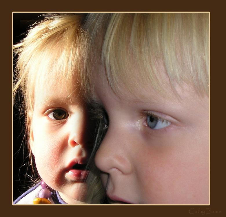 Halve gezichten - Dit zijn de gezichten van mijn dochters. Het is een samengestelde foto. Beide foto's toonde maar de helft van het gezicht. De f