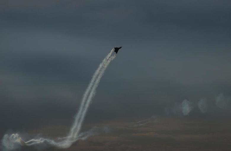 Opzij opzij opzij - Opzij opzij opzij..<br /> Een straaljager bij de vliegshow in Leeuwarden 2011<br /> Heel snel en heel veel kabaal.<br />