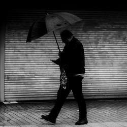 Wandelend door de regen
