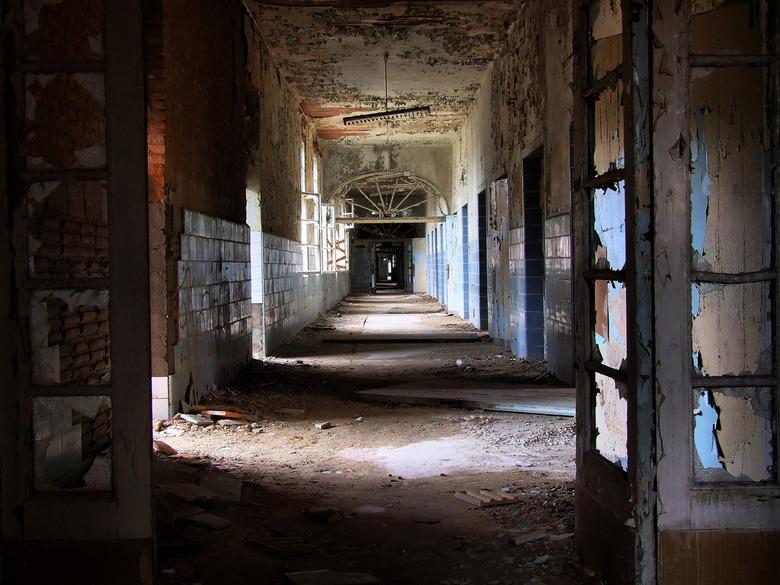 broken Windows and empty Hallways - deze foto is gemaakt in een oud en verlaten sanatorium.