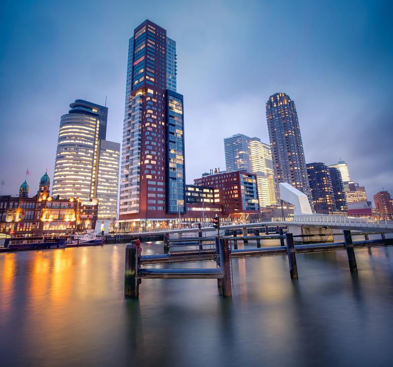 Standing tall - Skyline van de Kop van Zuid, Rotterdam. Aan de linkerkant, oude geschiedenis met Hotel New York en daarachter de moderne wolkenkrabber