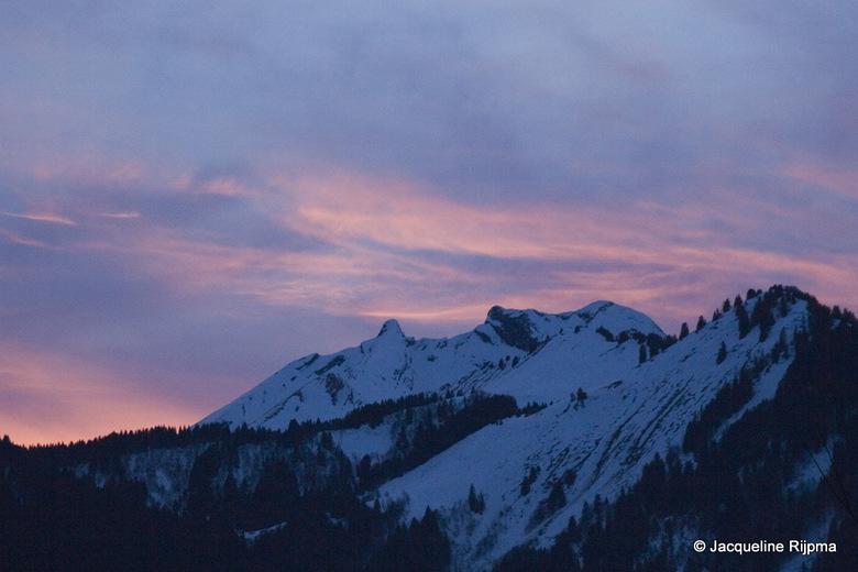 Colourful snow - Besneeuwde bergen bij ondergaande zon.