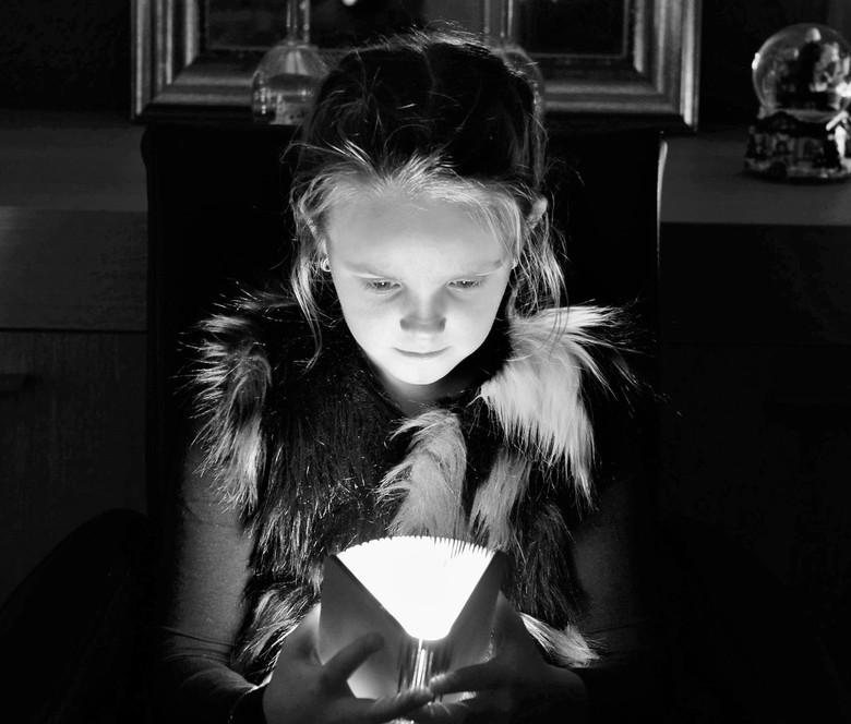 Het boekje van Kayleigh - Keyleigh met haar boekje waaruit licht ontsnapt.