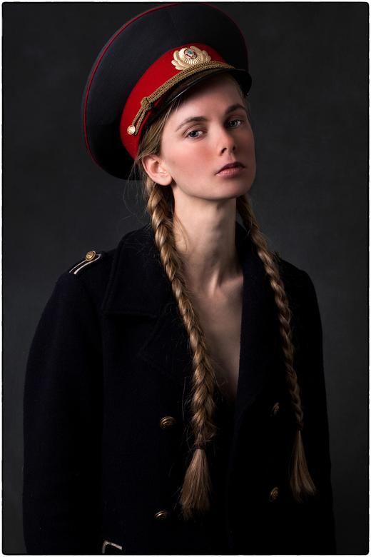   r u s s i a n - g i r l   - - voor de verandering eens een keer iets heel anders.. met Alina in de studio met gewoon haar eigen jas en een russische
